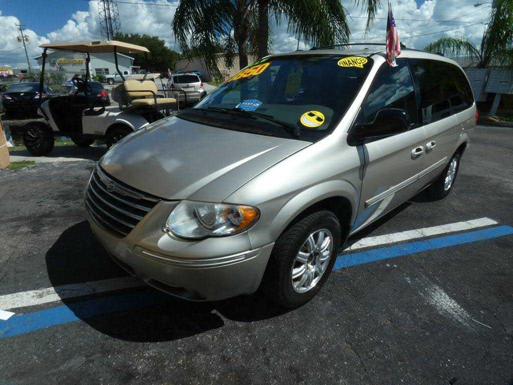 used Chrysler TOWN & COUNTRY 2005 vin: 2C4GP54L45R214286