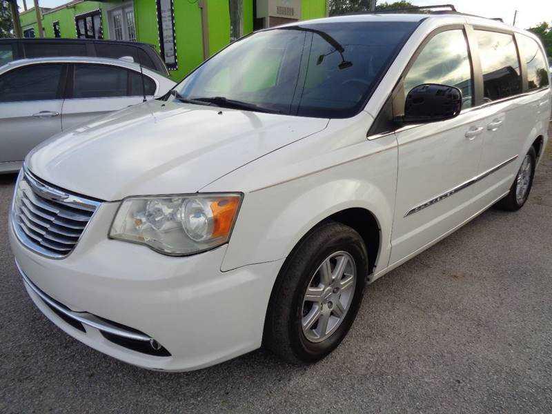 Chrysler TOWN & COUNTRY 2011 $8200.00 incacar.com