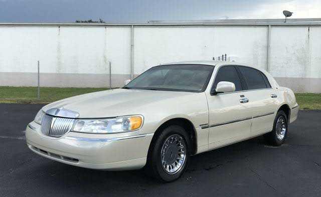 Lincoln Town Car 2000 $4499.00 incacar.com